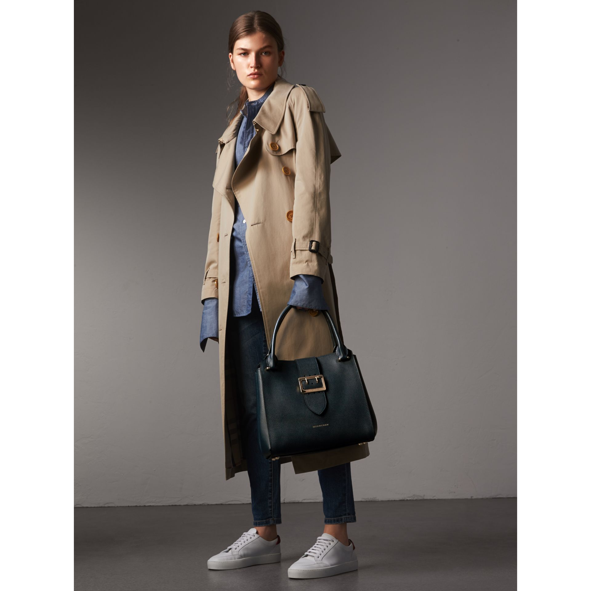 Borsa tote The Buckle media in pelle a grana (Blu Carbonio) - Donna | Burberry - immagine della galleria 3