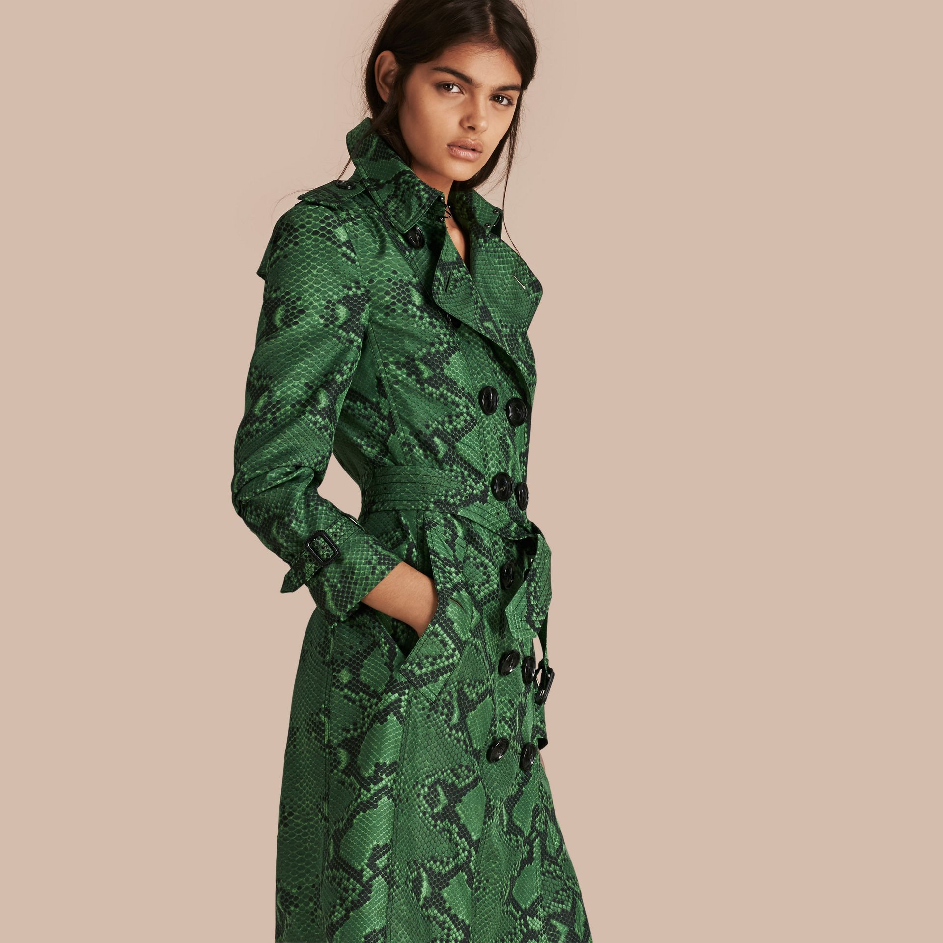 Verde brillante Trench coat in seta con stampa pitone Verde Brillante - immagine della galleria 1