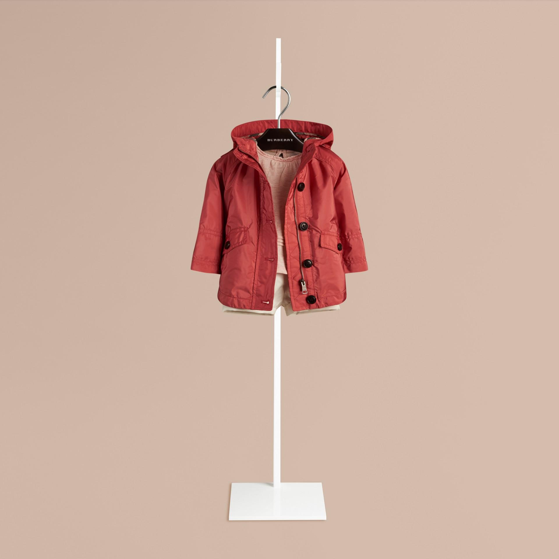 Rosa cobre intenso Parka tipo capa en tejido técnico - imagen de la galería 1