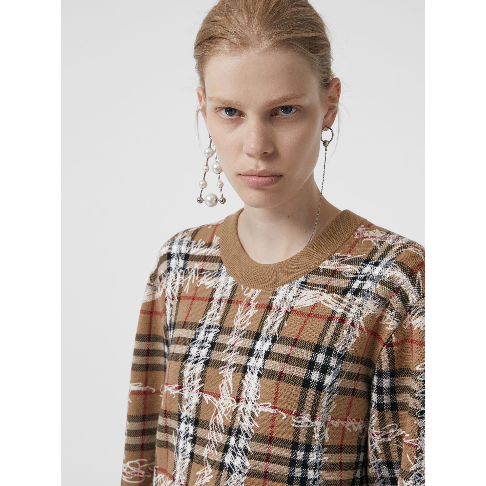 Pull en laine mérinos à motif check griffonné (Camel/blanc) - Femme | Burberry Canada - photo de la galerie 1