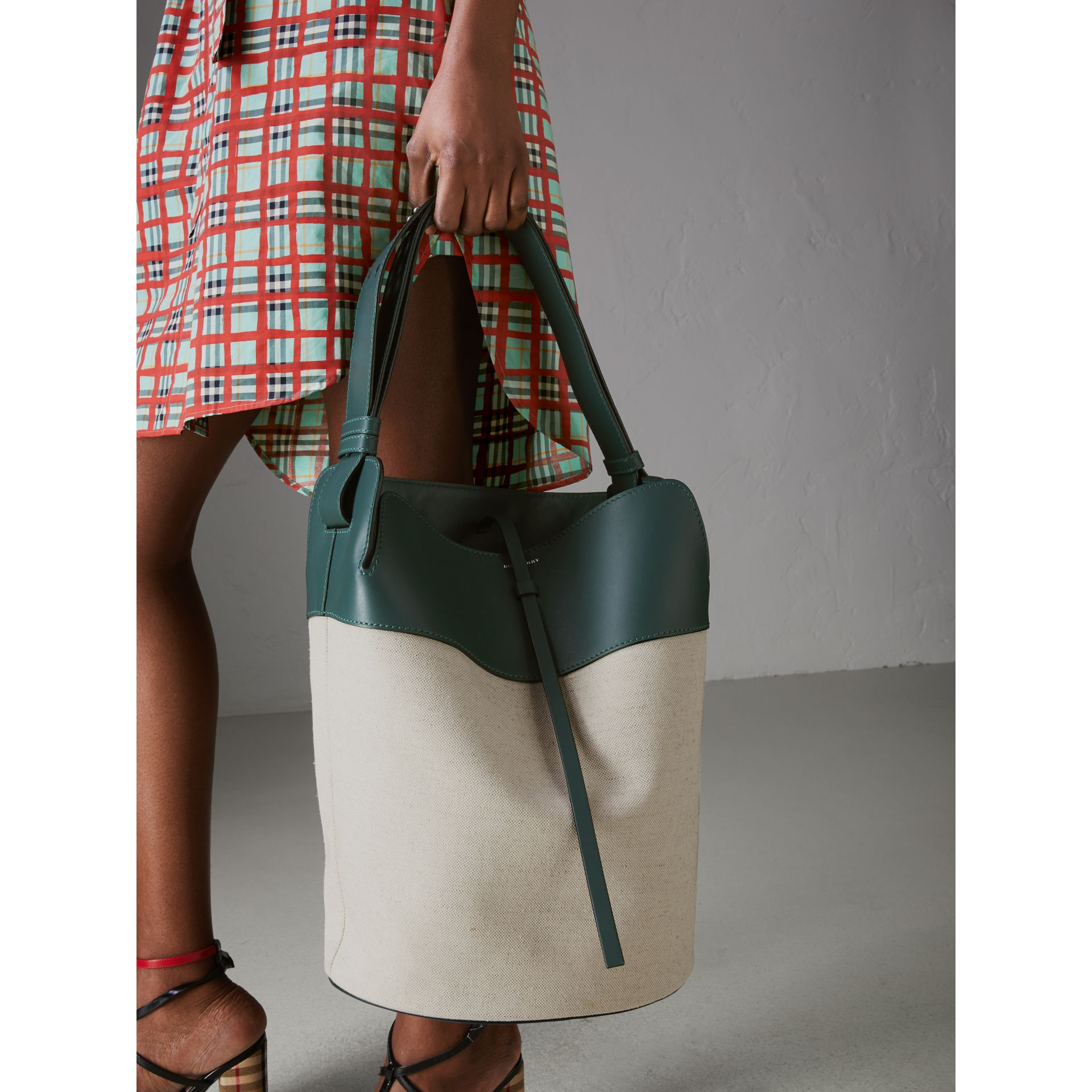 Grand sac The Bucket en lin, coton et cuir (Cyan Foncé) - Femme | Burberry Canada - photo de la galerie 3