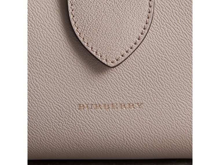 The Medium Buckle Tote aus genarbtem Leder (Kalksteinfarben) - Damen | Burberry - cell image 1