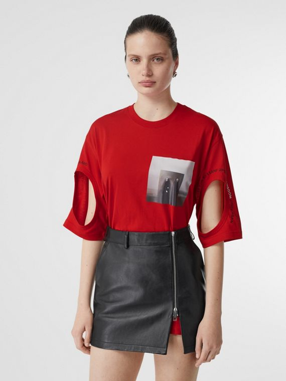 T-shirt oversize con stampa in stile collage e aperture (Rosso Intenso)