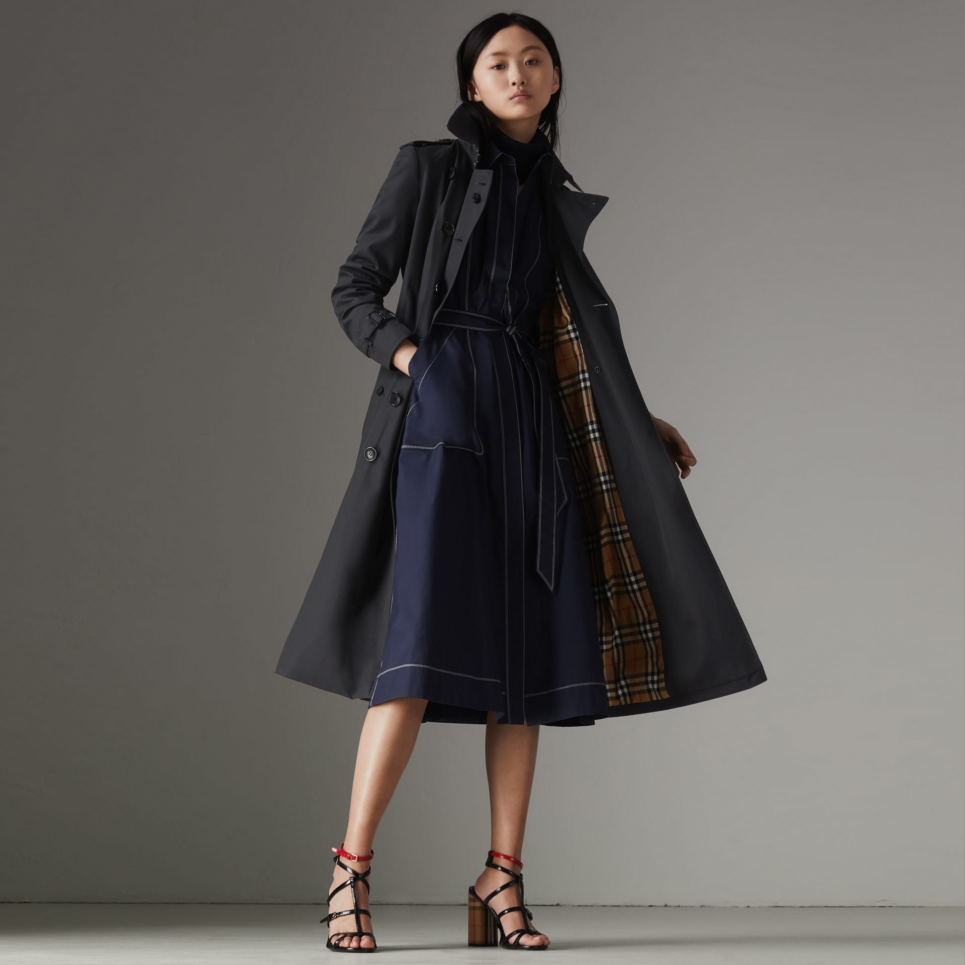 The Long Chelsea Heritage Trench Coat in Midnight - Women | Burberry United Kingdom - gallery image 7