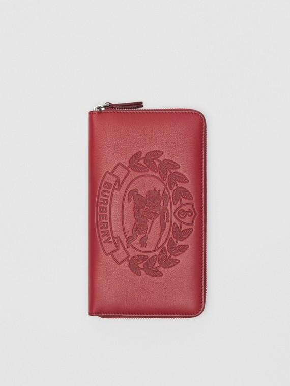 浮雕紋章皮革環繞式拉鍊皮夾 (洋紅)