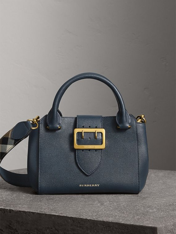 The Small Buckle Tote aus genarbtem Leder (Carbonblau)