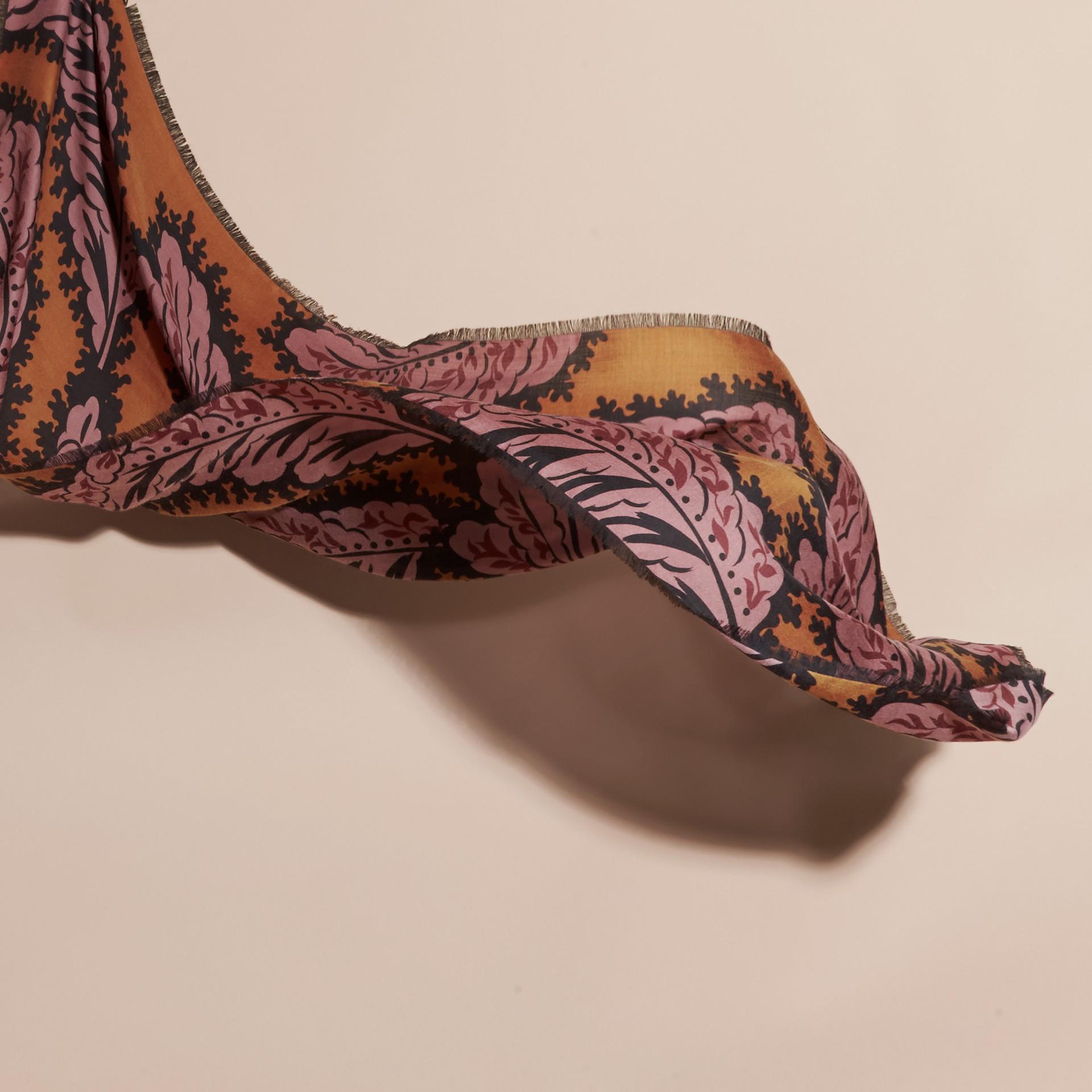 Toffee vif Foulard en cachemire à imprimé feuillage Toffee Vif - photo de la galerie 4