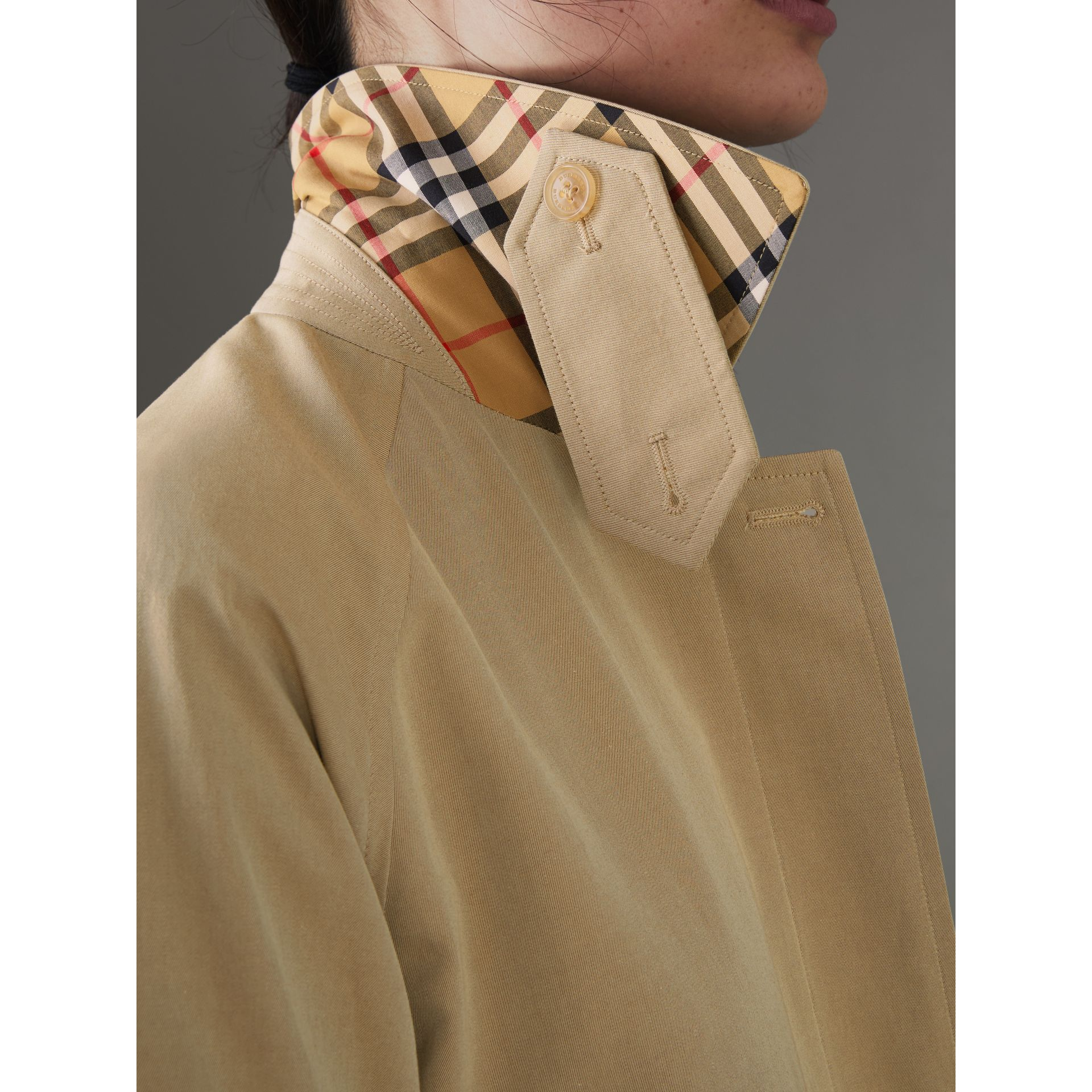 Cappotto car coat in gabardine tropicale (Avena) - Donna | Burberry - immagine della galleria 4