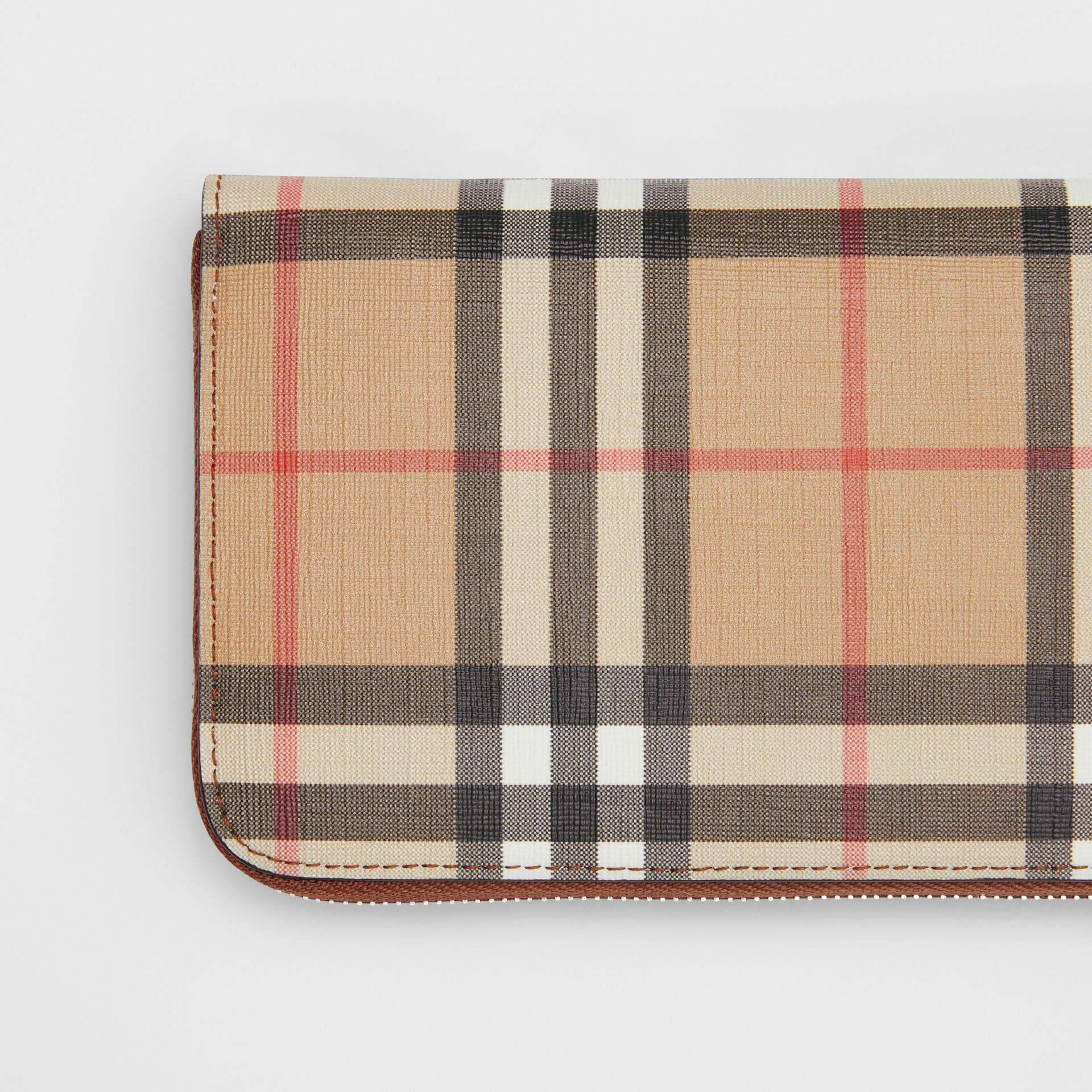 Portafoglio con cerniera in e-canvas con motivo Vintage check (Marrone Malto) - Donna | Burberry - immagine della galleria 1