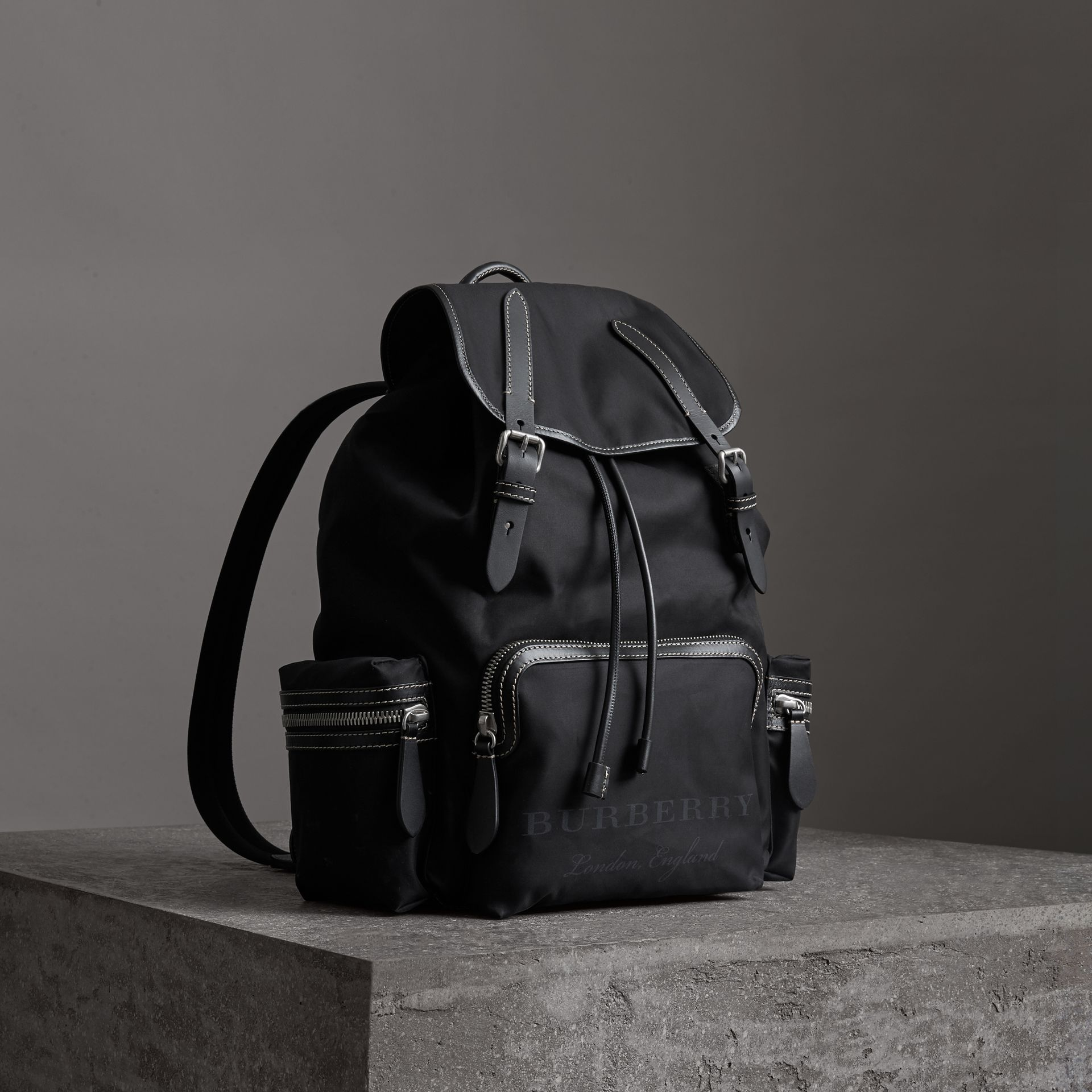 Grand sac The Rucksack en toile de coton (Noir) - Homme | Burberry - photo de la galerie 0