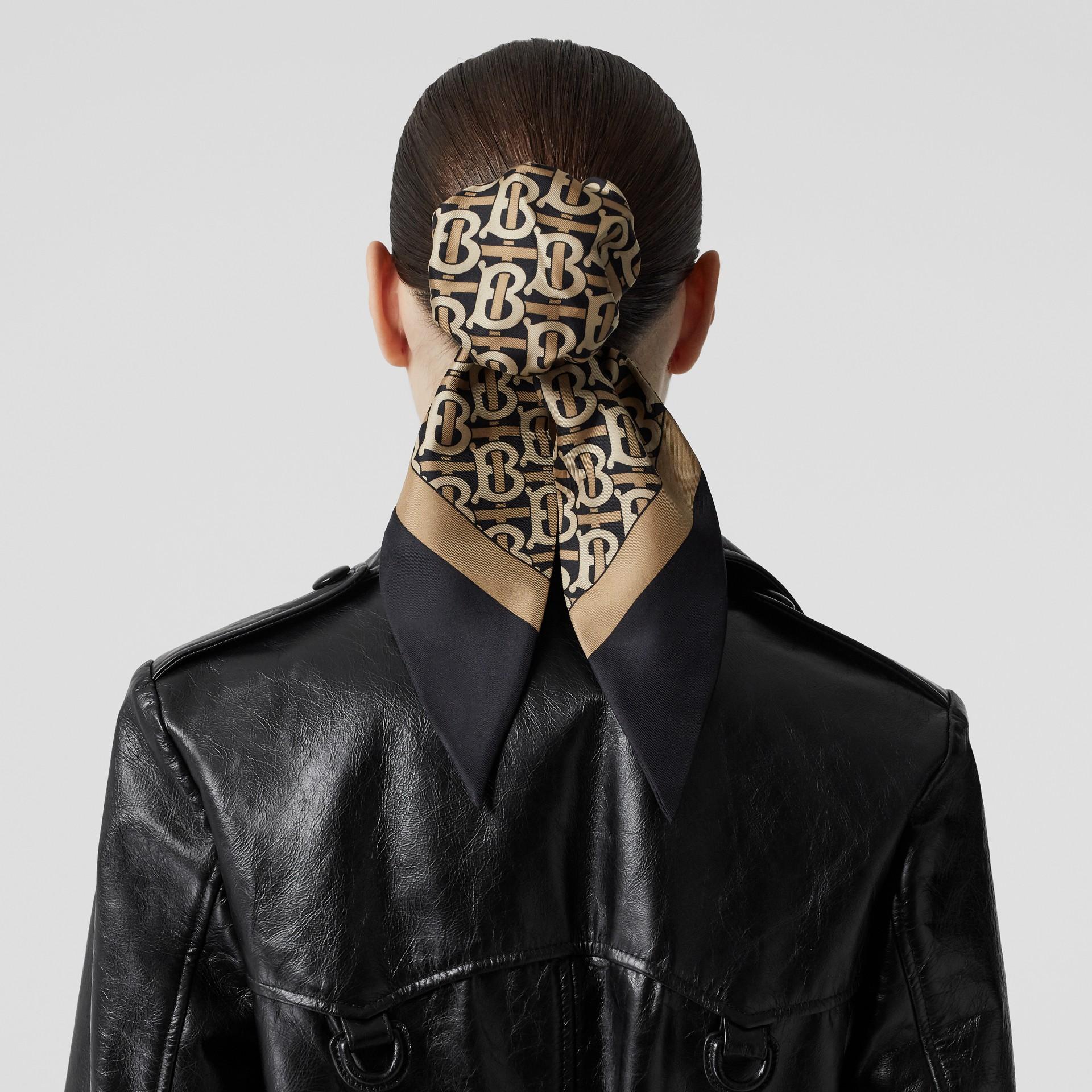 Bandana en seda con estampado de monograma (Negro) - Mujer | Burberry - imagen de la galería 2