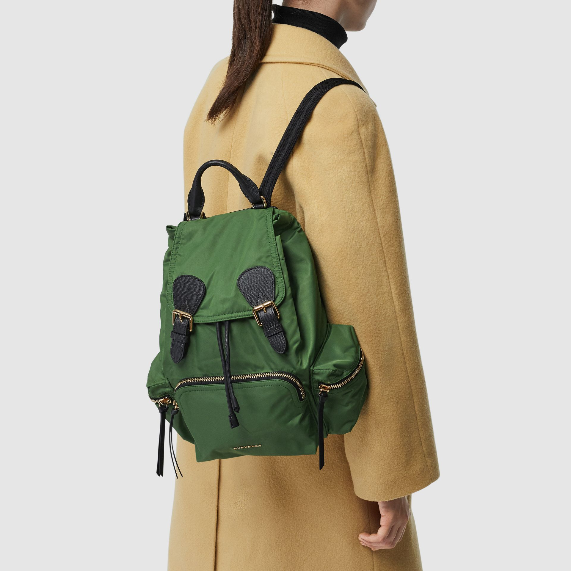 Sac The Rucksack moyen en nylon technique et cuir (Vert Racing) - Femme | Burberry Canada - photo de la galerie 5
