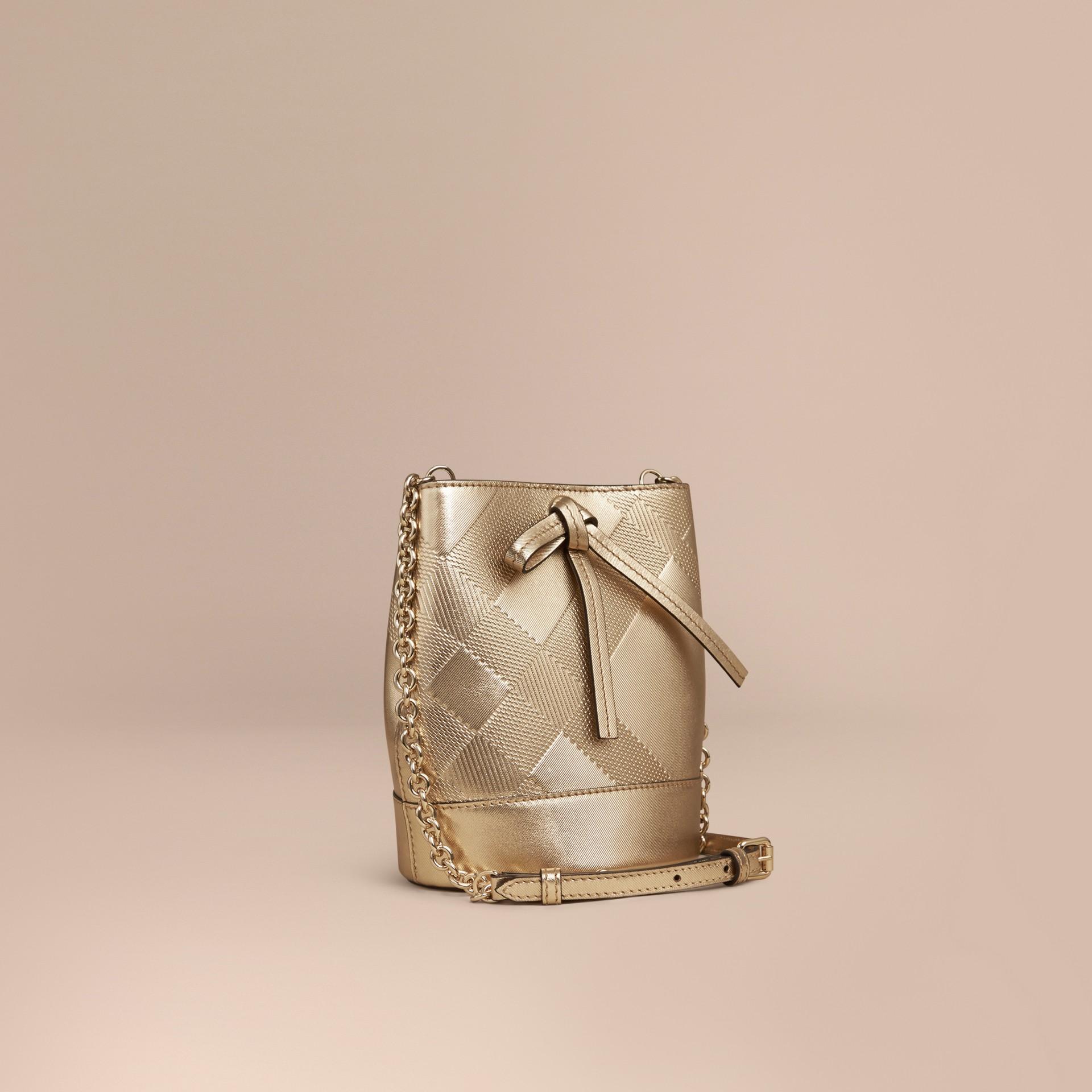 Oro Borsa Burberry Baby Bucket in pelle con motivo check in rilievo - immagine della galleria 1