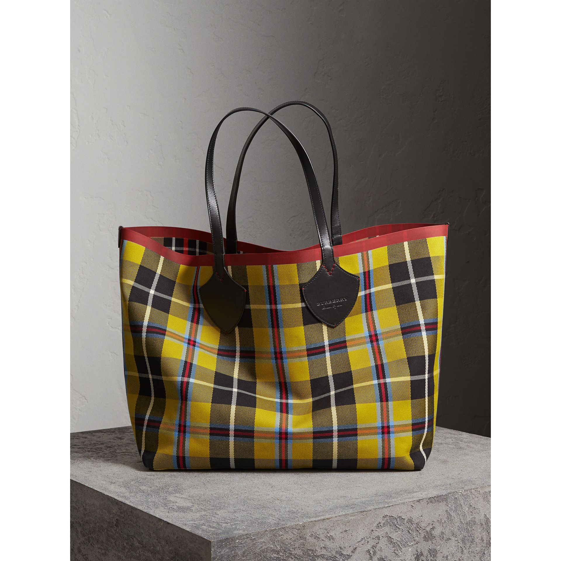 The Giant Reversible Tote in Tartan Cotton in Caramel/flax Yellow | Burberry Hong Kong - gallery image 4