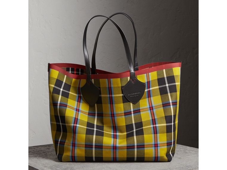 The Giant Reversible Tote in Tartan Cotton in Caramel/flax Yellow | Burberry - cell image 4