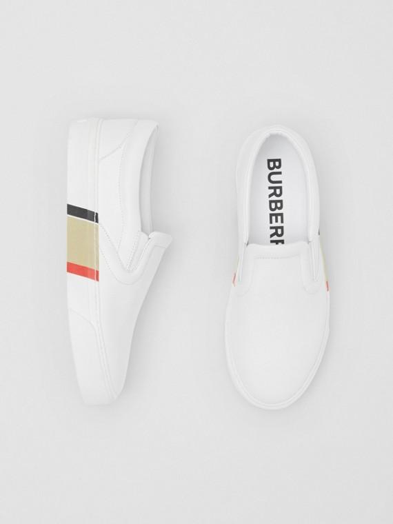 Sneaker in pelle senza lacci con suola di origine biologica e stampa a righe (Bianco Ottico)