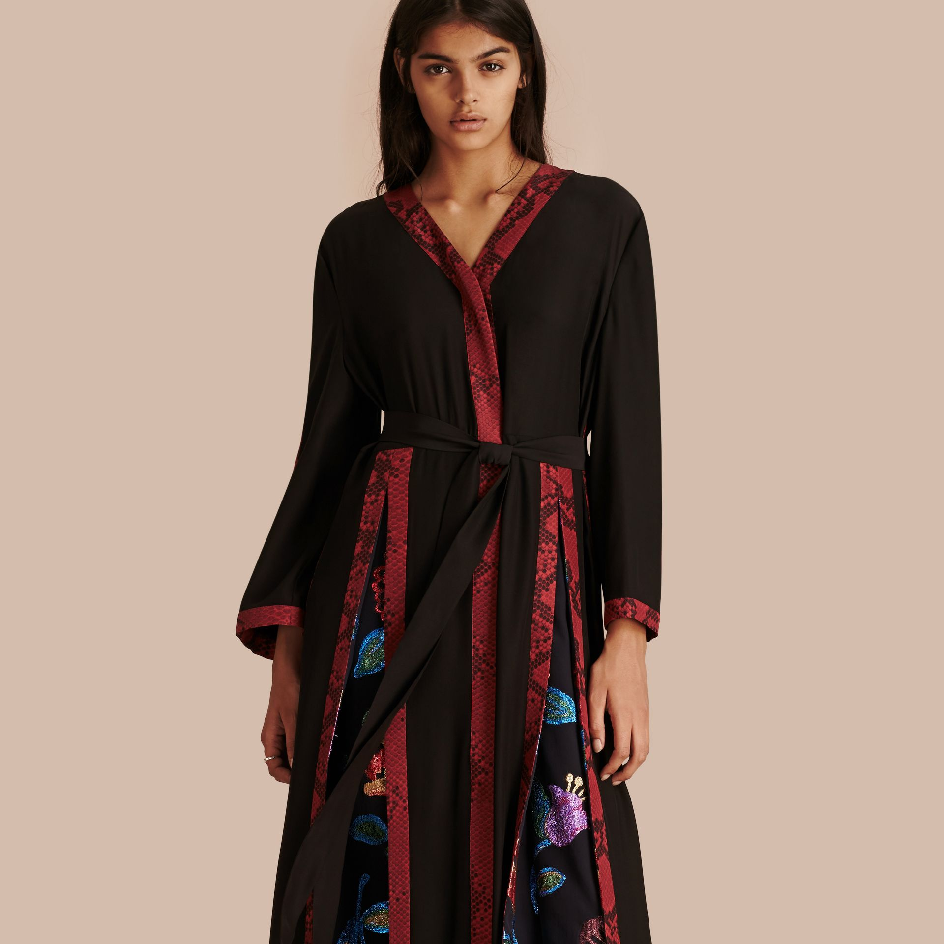 Preto Vestido envelope longo de seda com detalhes em fil coupé floral - galeria de imagens 6