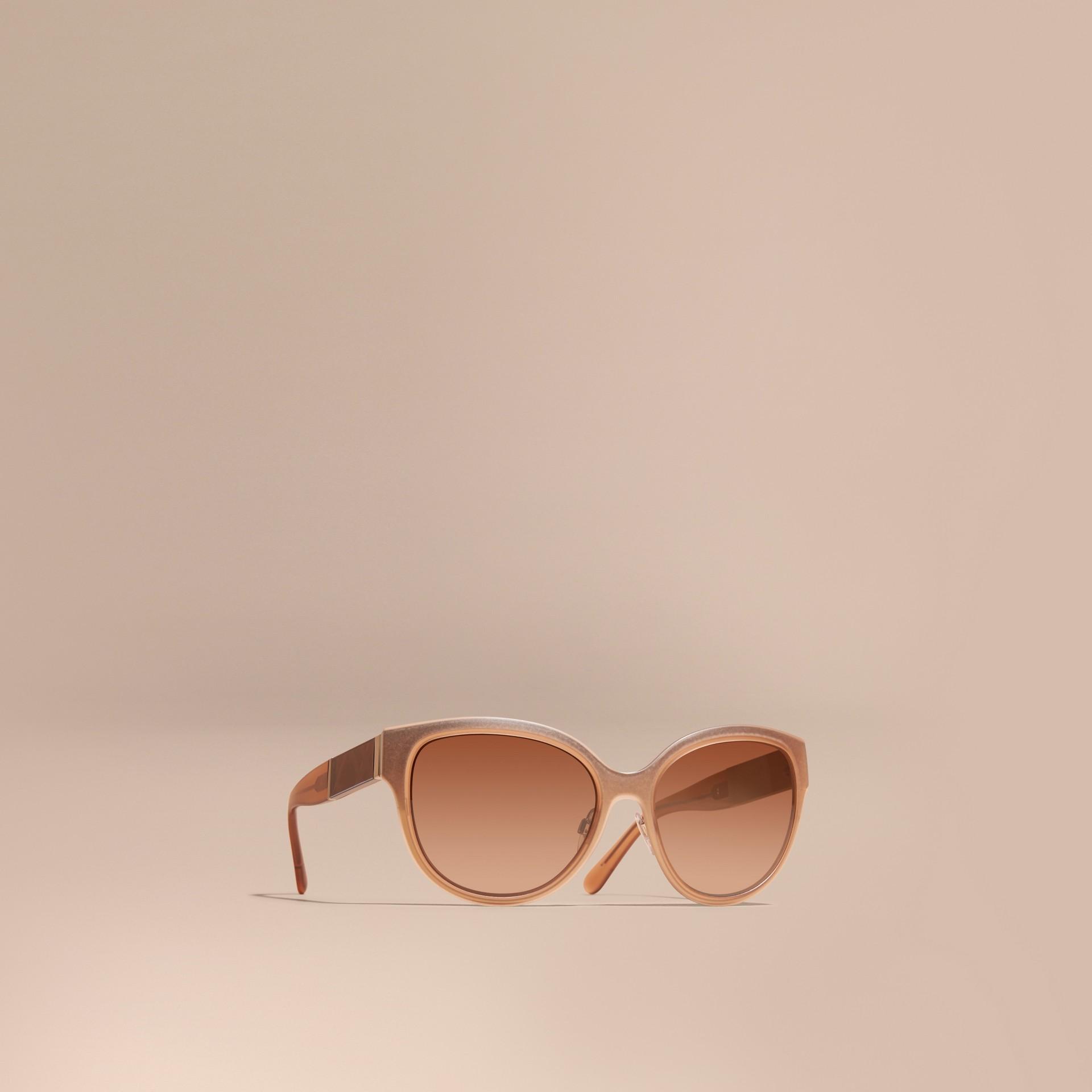 Legno chiaro Occhiali da sole con montatura cat-eye tonda e dettaglio check Legno Chiaro - immagine della galleria 1