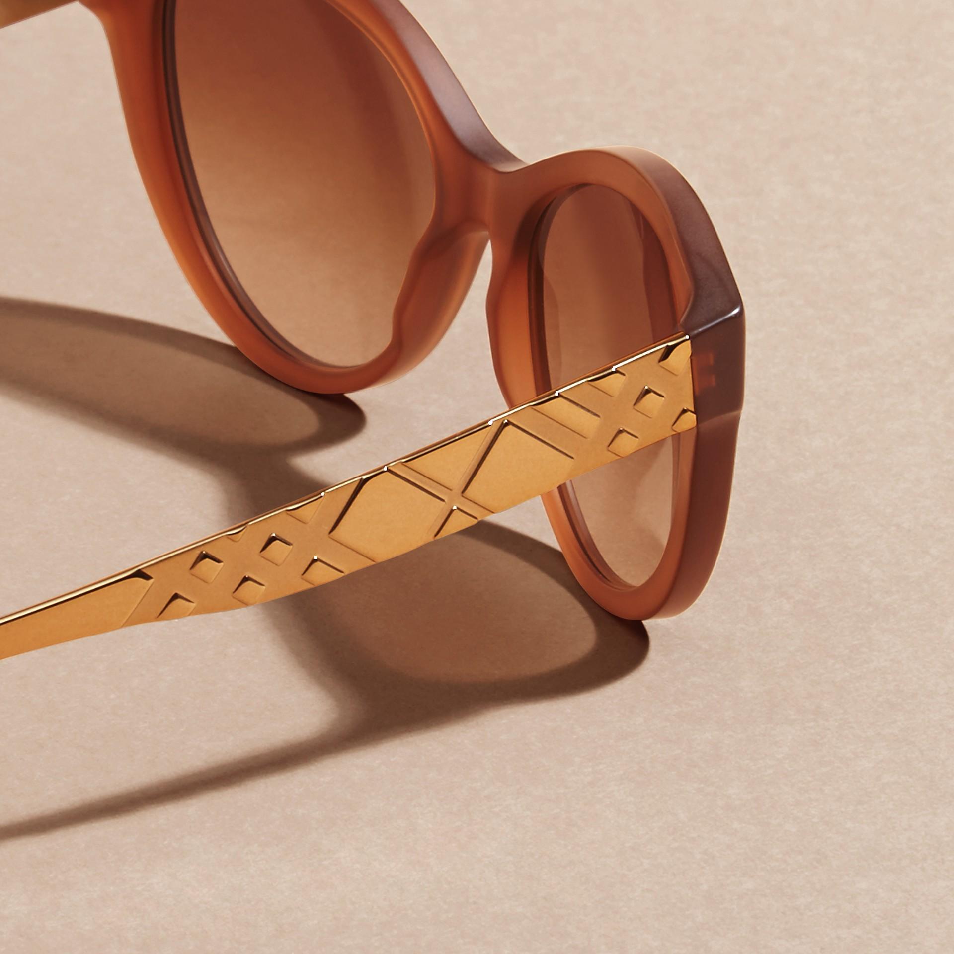 Marrone talpa Occhiali da sole con montatura cat-eye e motivo check tridimensionale Marrone Talpa - immagine della galleria 4