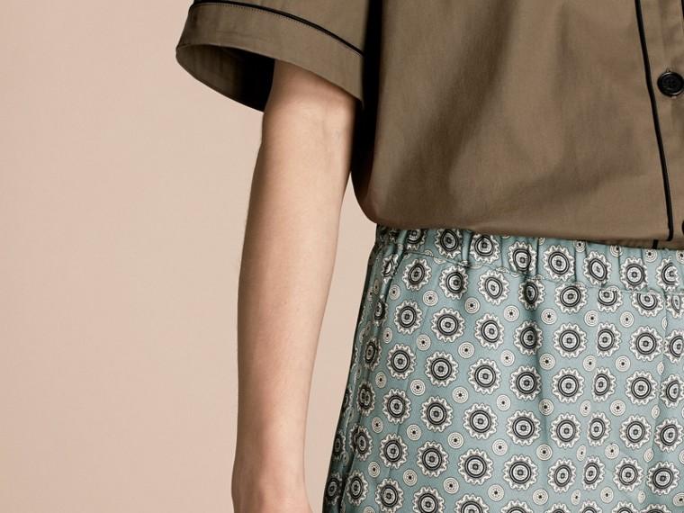 Blu pietra pallido Pantaloni leggermente corti in seta e cotone in stile pigiama con stampa a tema Blu Pietra Pallido - cell image 4