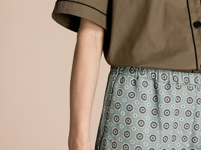 Helles steinblau Hose aus Baumwollseide im Pyjamastil mit kürzerer Beinlänge und Pyjamadruck Helles Steinblau - cell image 4