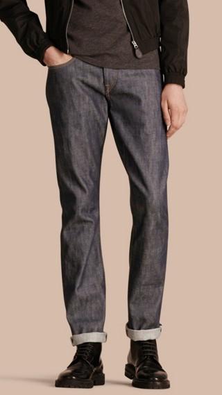 Jeans índigo intenso com corte reto