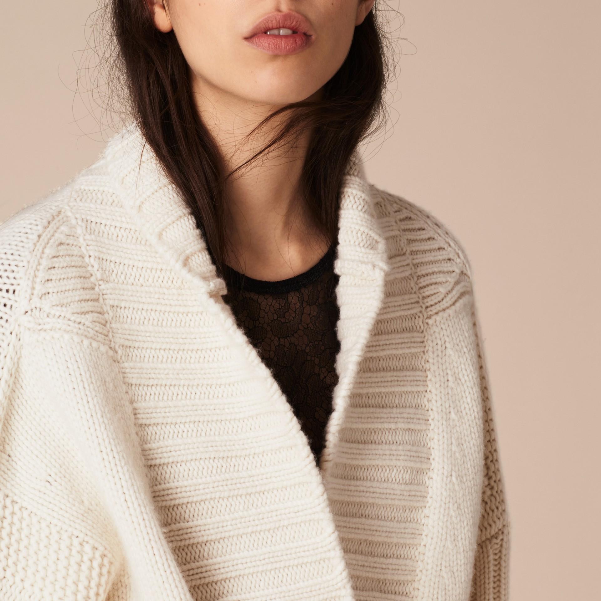 Bianco Cardigan in cashmere lavorato a maglia con cintura - immagine della galleria 6