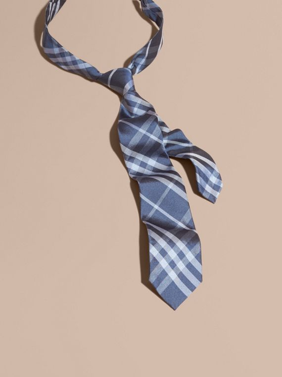 Corbata de pala moderna en seda con motivo a cuadros