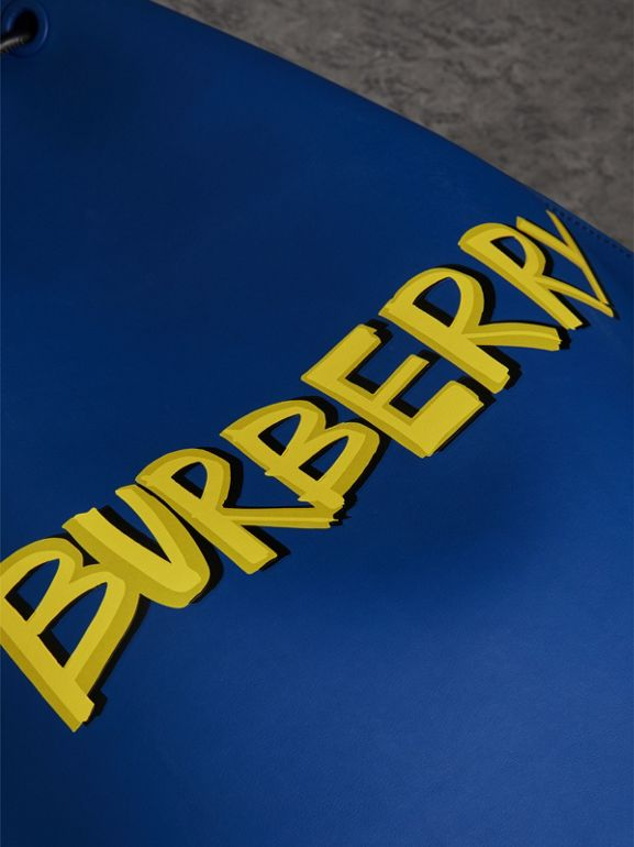 Zaino in pelle doppiata con coulisse e stampa graffiti (Blu Denim) - Uomo | Burberry - cell image 1