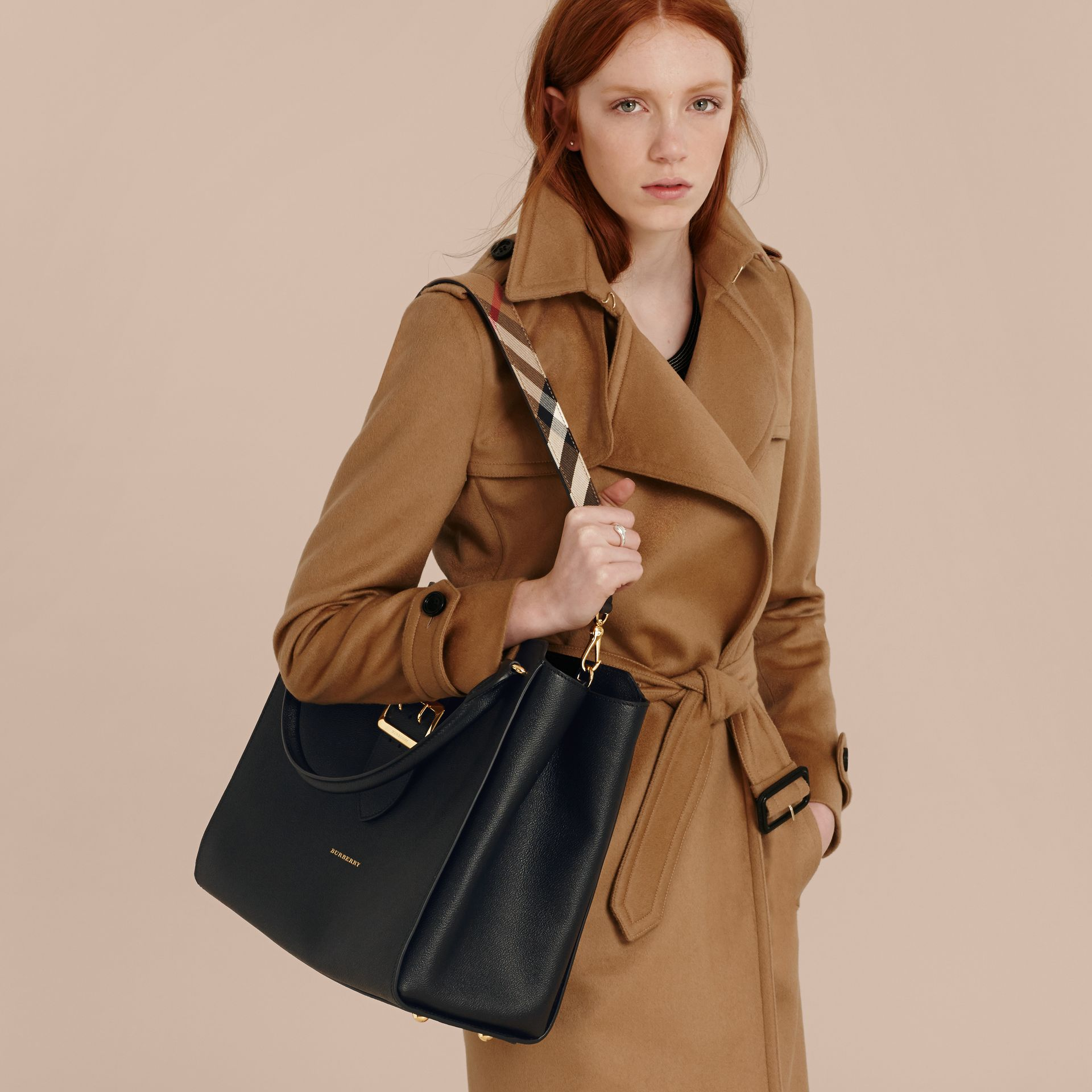 Borsa tote The Buckle grande in pelle a grana (Nero) - Donna | Burberry - immagine della galleria 3