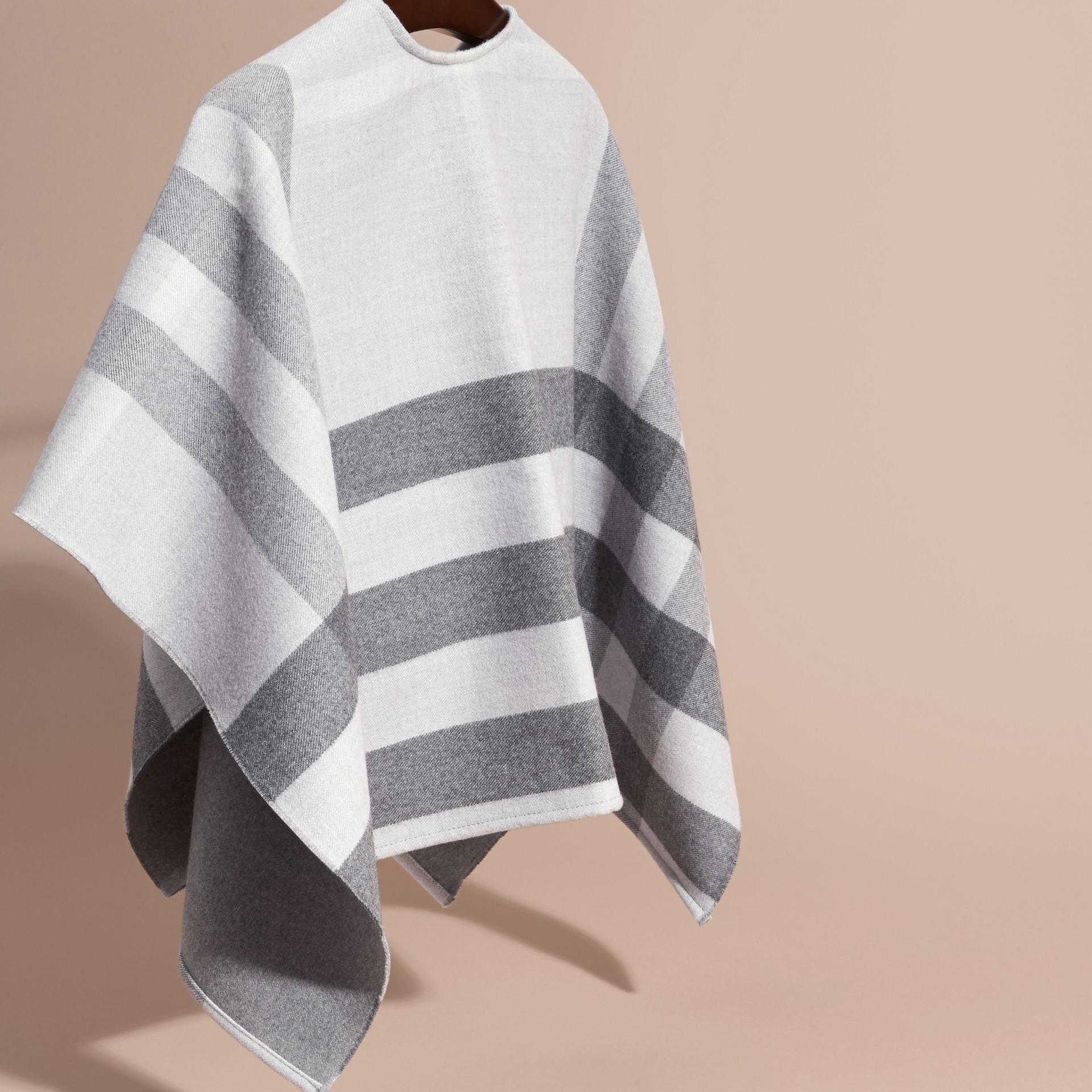 Grigio pallido Mantella in lana con motivo check - immagine della galleria 4