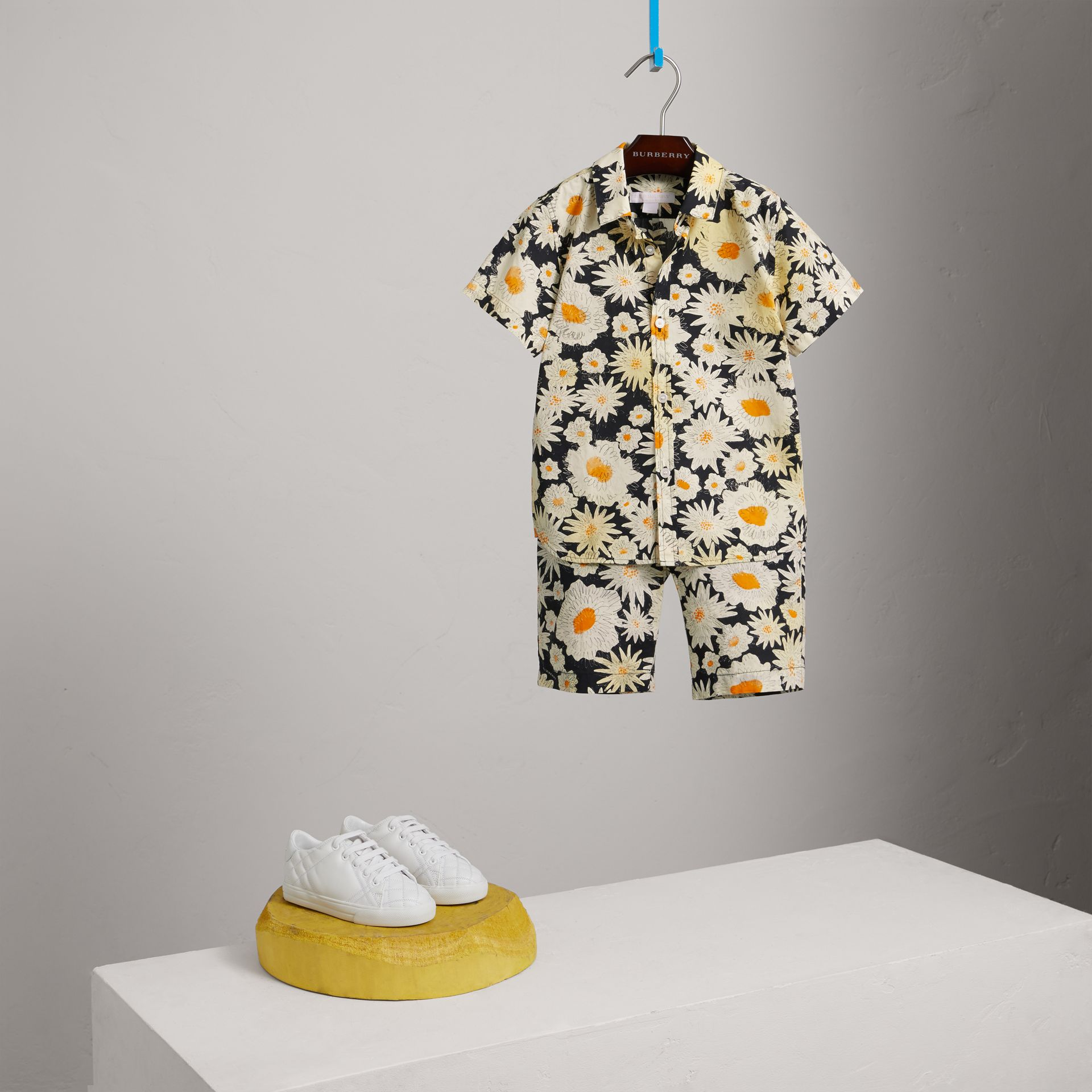 Kurzärmeliges Hemd mit Gänseblümchenmuster (Schwarz) - Jungen | Burberry - Galerie-Bild 0