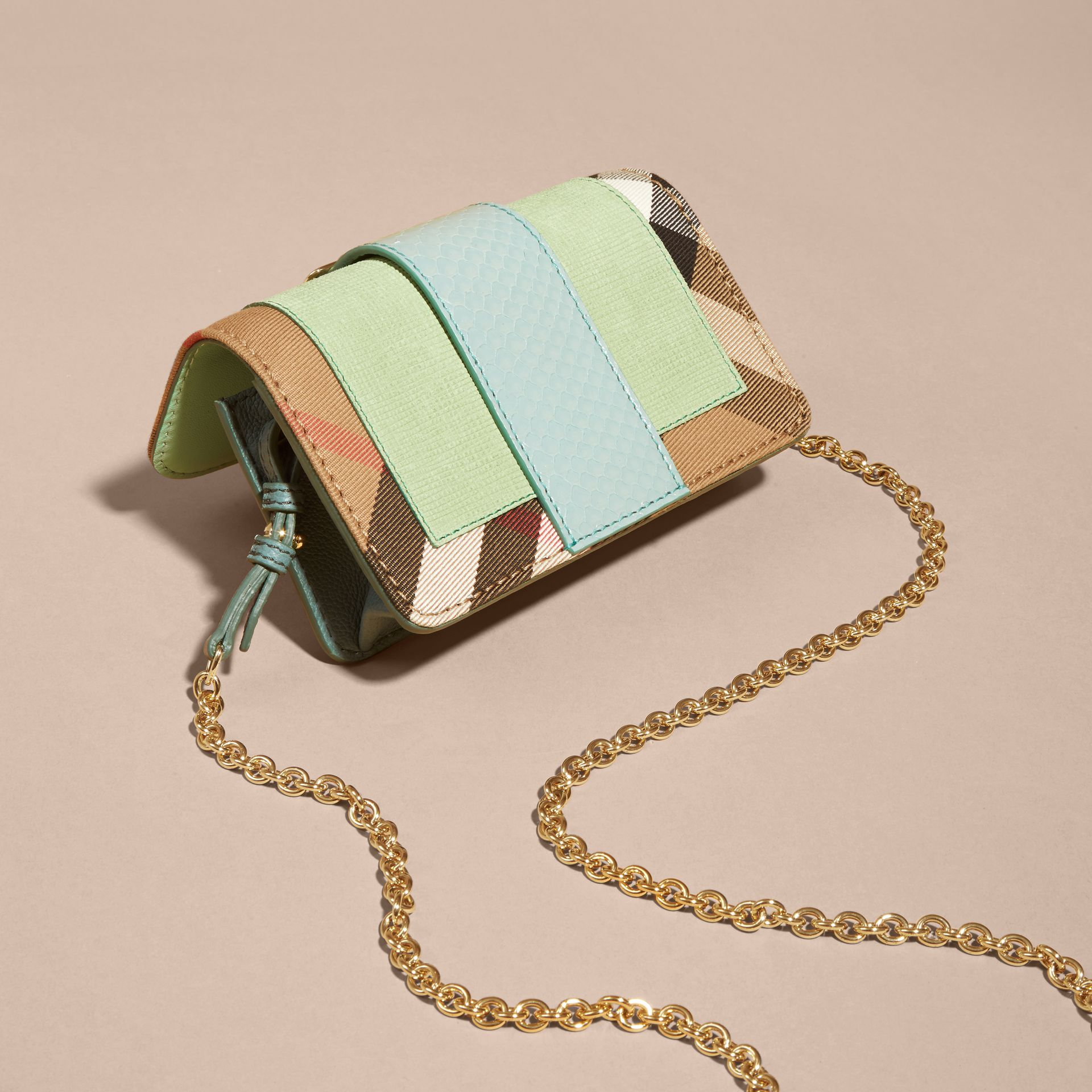 Menta chiaro Borsa The Buckle mini con pelle di serpente e motivo House check - immagine della galleria 9