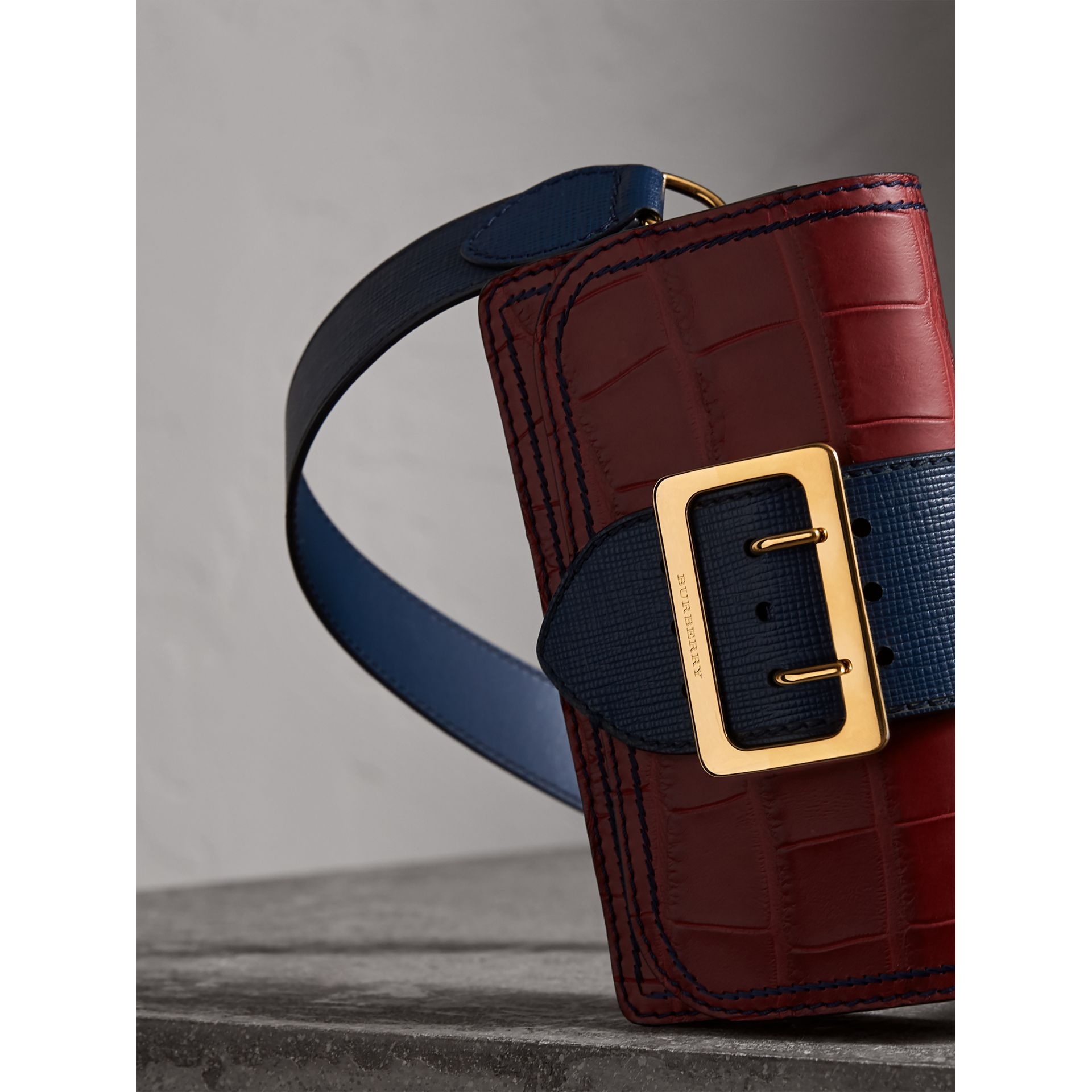 The Small Buckle Bag aus Alligatorleder und Leder (Granatrot/saphirblau) - Damen | Burberry - Galerie-Bild 7