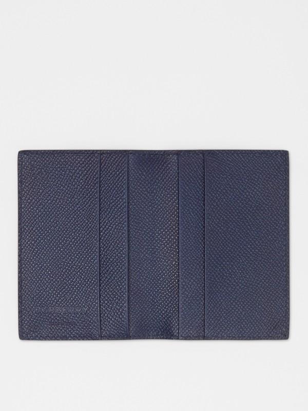 Porta carte di credito a libro in pelle a grana (Blu Reggenza) - Uomo | Burberry - cell image 2