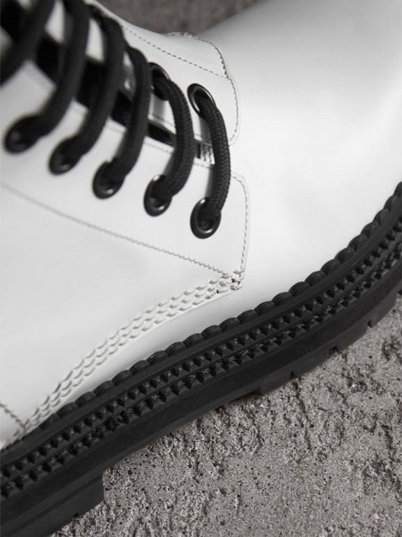 Botas de couro assimétricas com cadarço (Branco Ótico) - Mulheres | Burberry - cell image 1