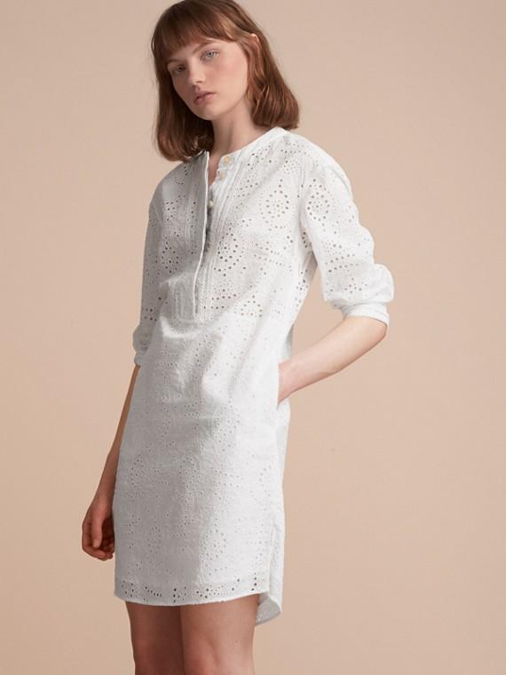 Kragenloses Hemdkleid mit Lochstickerei