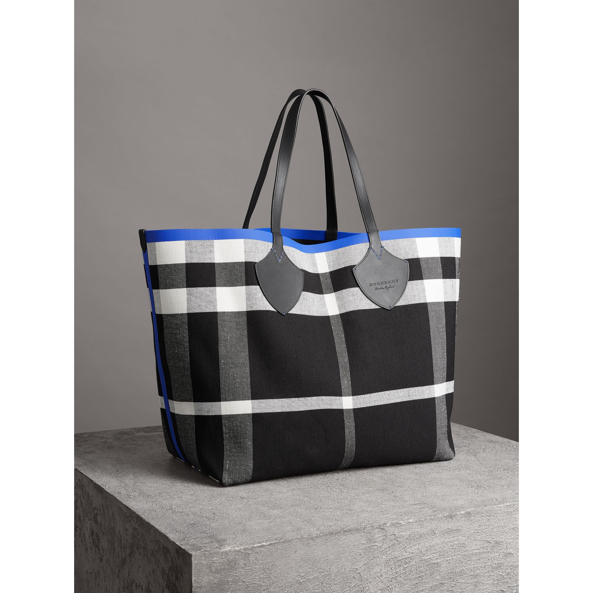 Borsa tote The Giant reversibile in cotone con motivo Canvas check e pelle (Mirtillo/nero) | Burberry - immagine della galleria 4