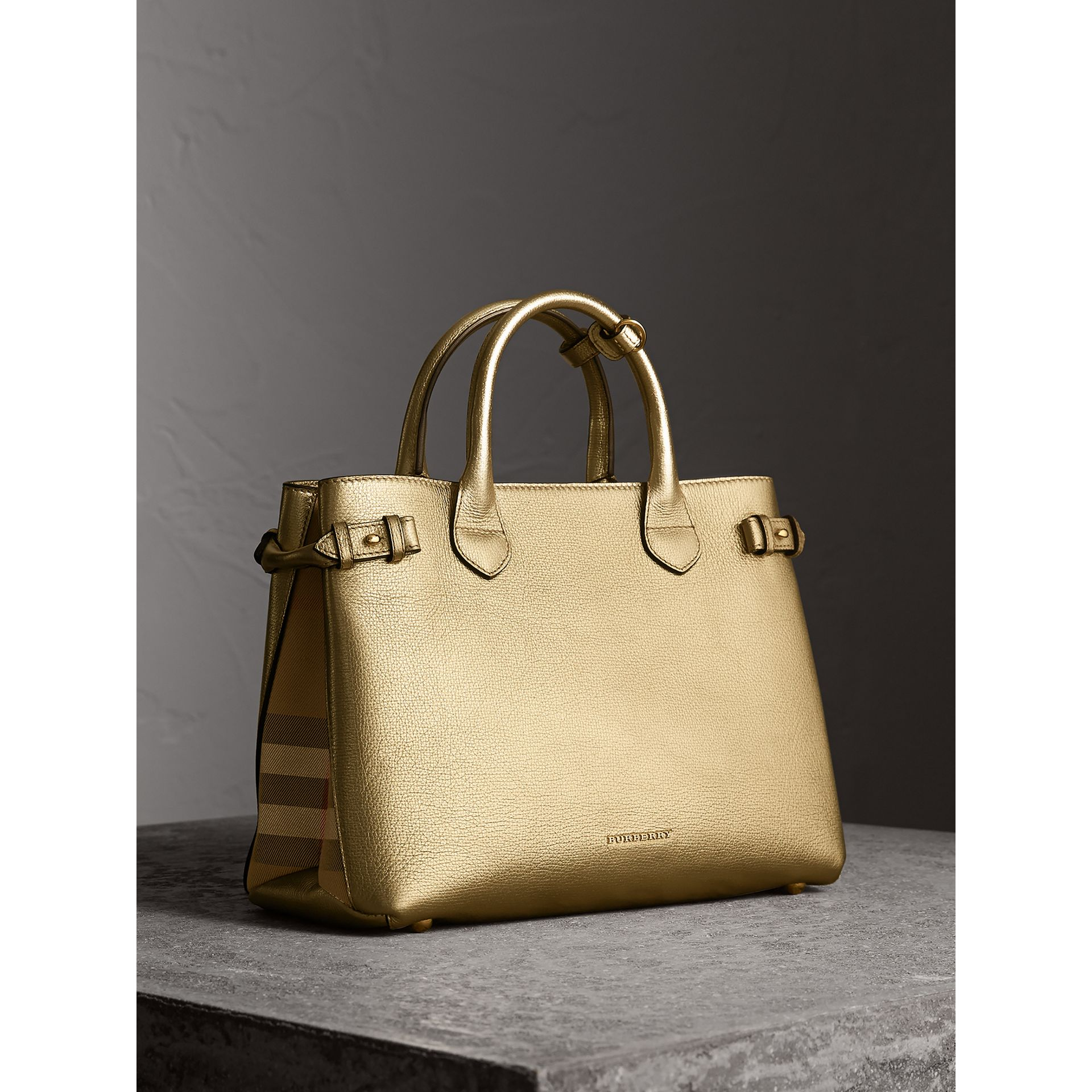 Sac The Banner moyen en cuir et coton House check (Or) - Femme | Burberry - photo de la galerie 1