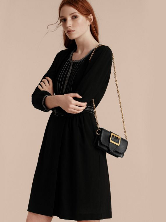 The Mini Buckle Bag aus genarbtem Leder (Schwarz) - cell image 3