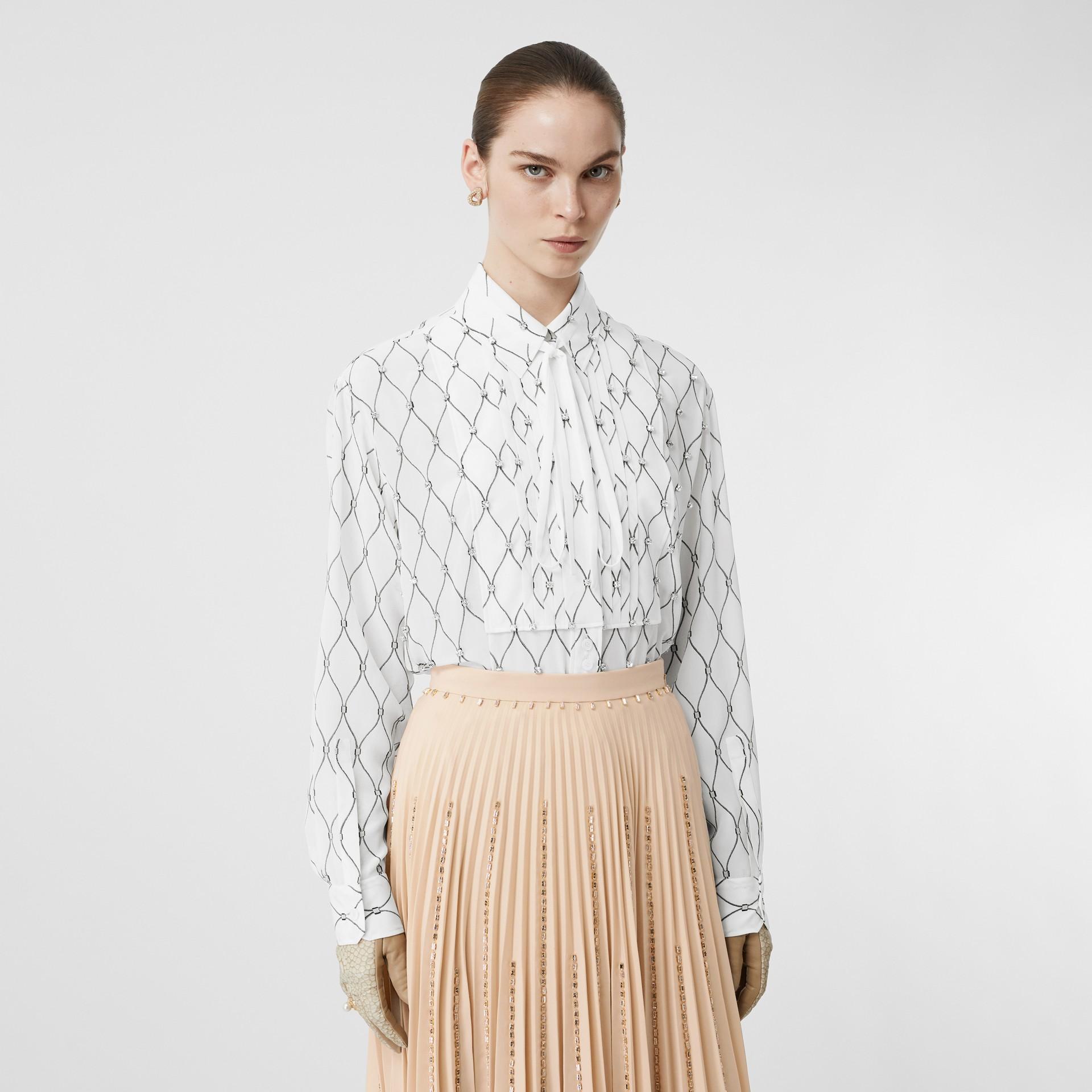 Chemise oversize à col lavallière en soie avec cristaux et imprimé filet (Blanc) - Femme | Burberry Canada - photo de la galerie 4