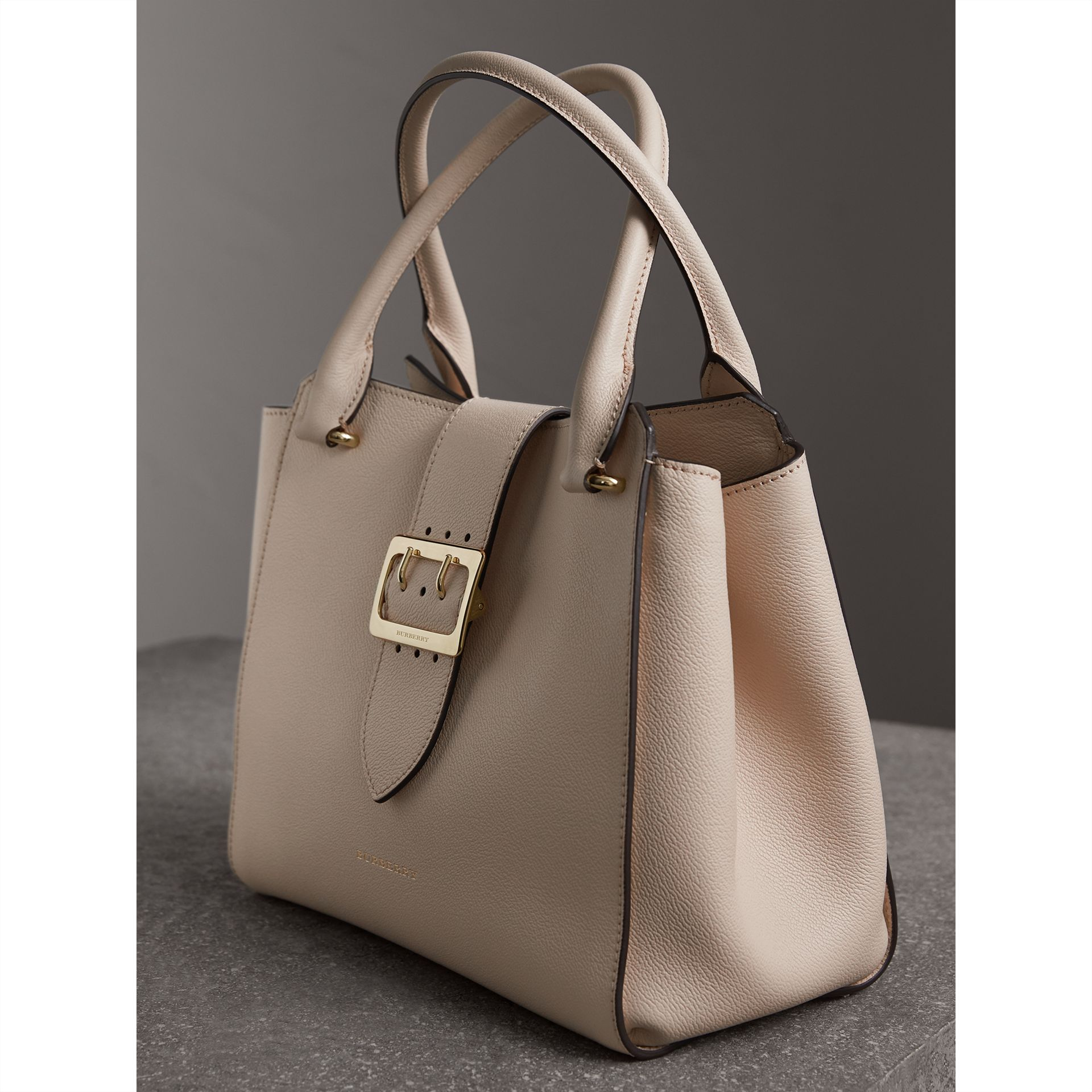 The Medium Buckle Tote aus genarbtem Leder (Kalksteinfarben) - Damen | Burberry - Galerie-Bild 7