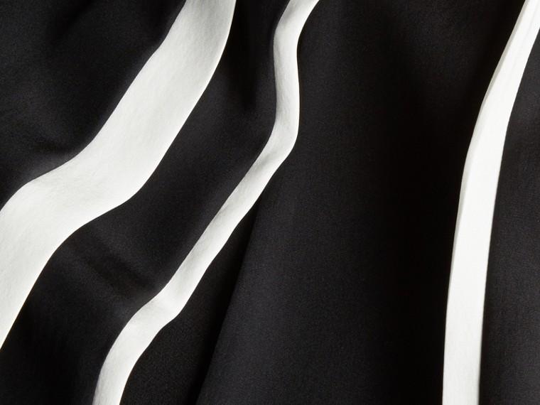 Черный Шелковое платье с контрастной отделкой - cell image 1