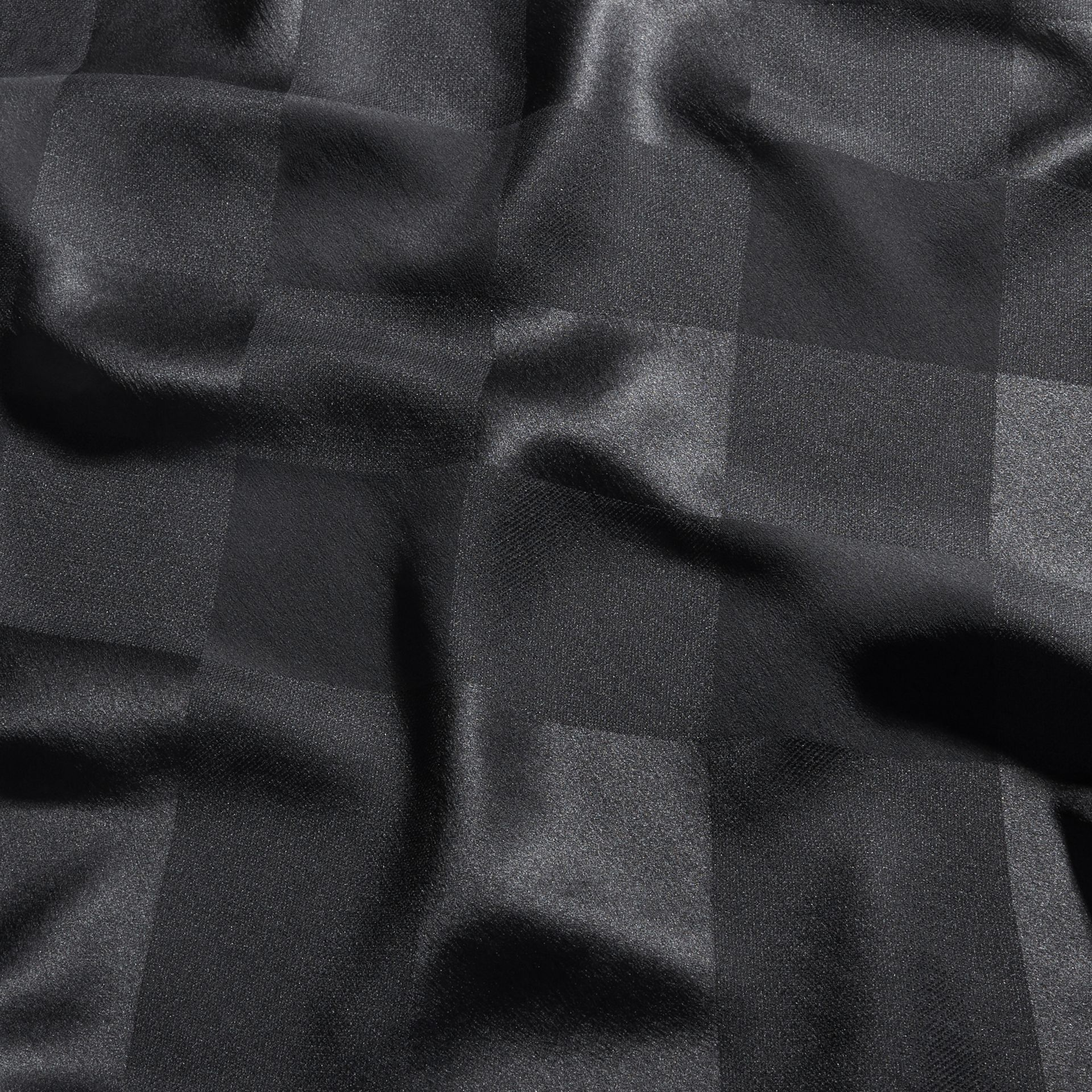 Noir Foulard en jacquard de soie à motif check Noir - photo de la galerie 2