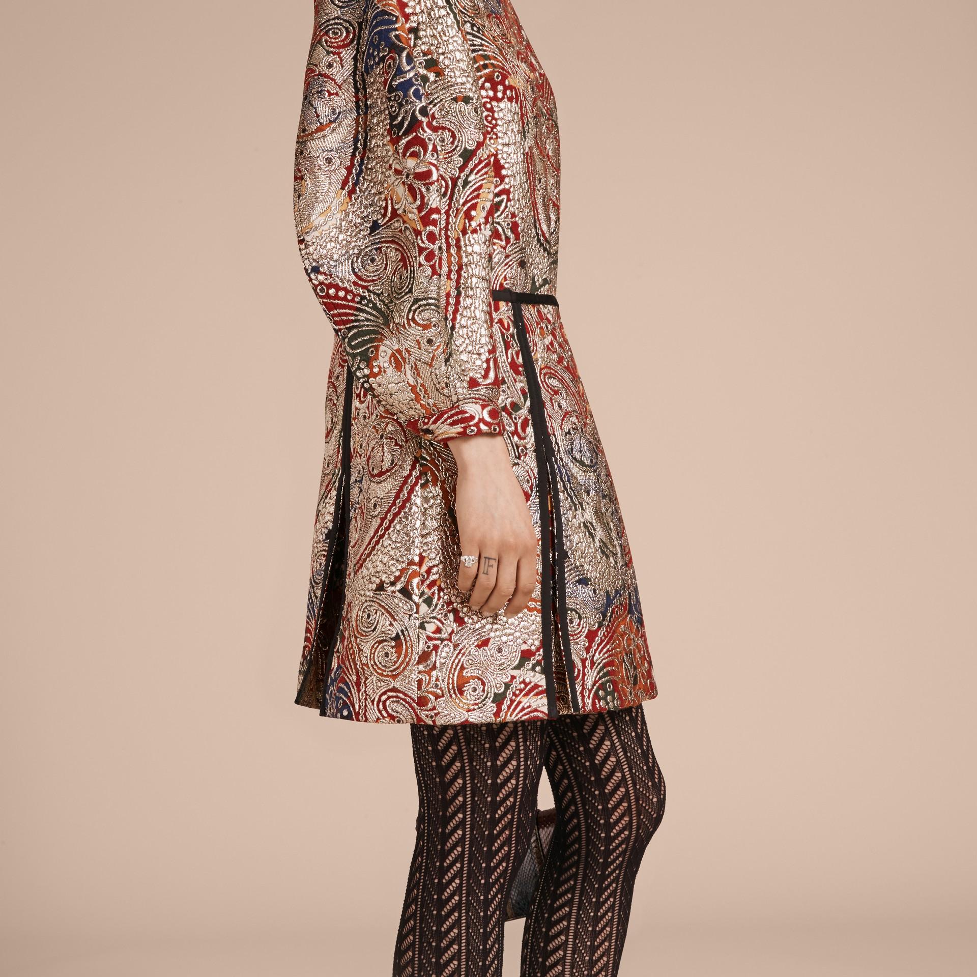 Brun roux Robe à manches sculpturales avec motif floral métallisé en jacquard - photo de la galerie 6