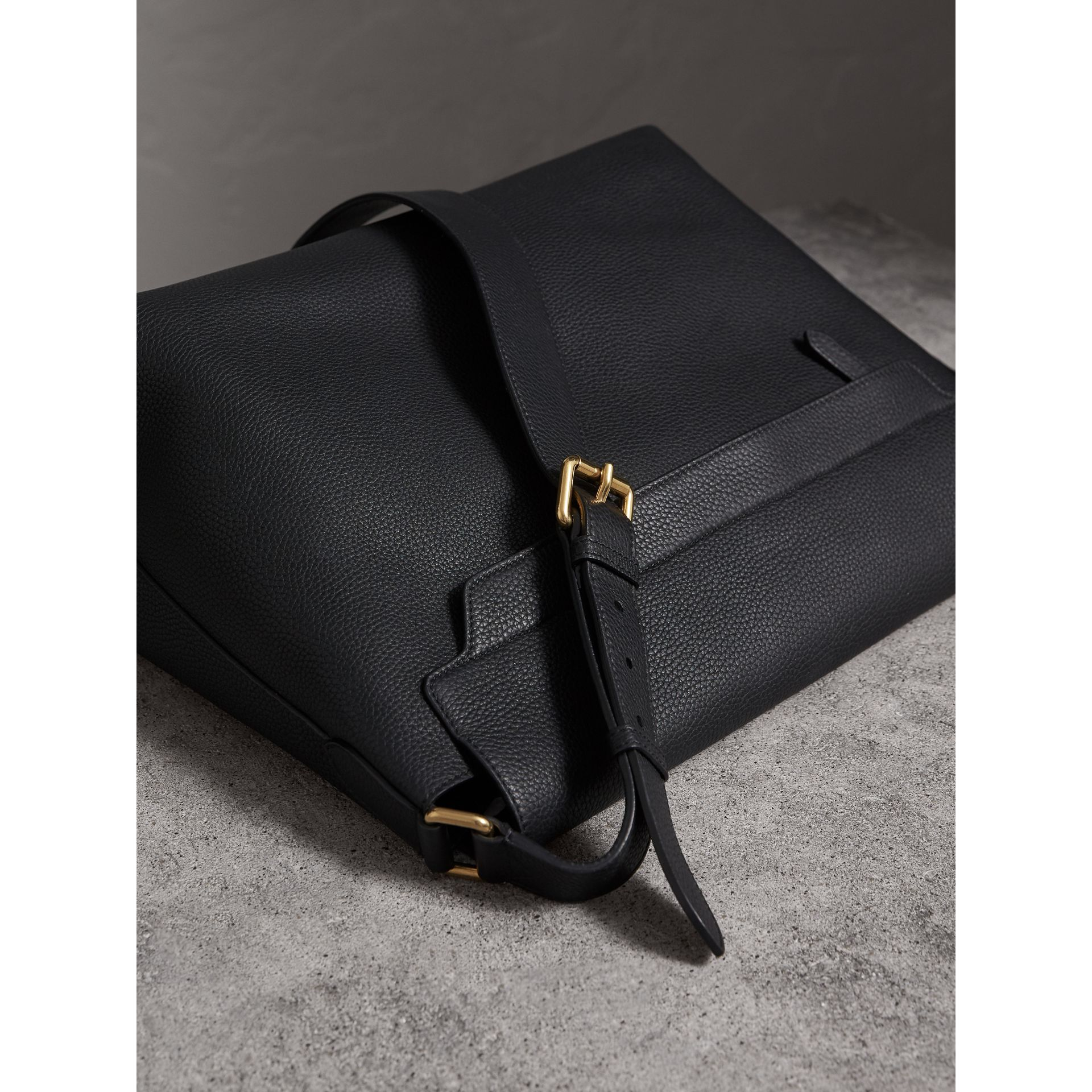 Grand sac Messenger en cuir estampé (Noir) | Burberry - photo de la galerie 3