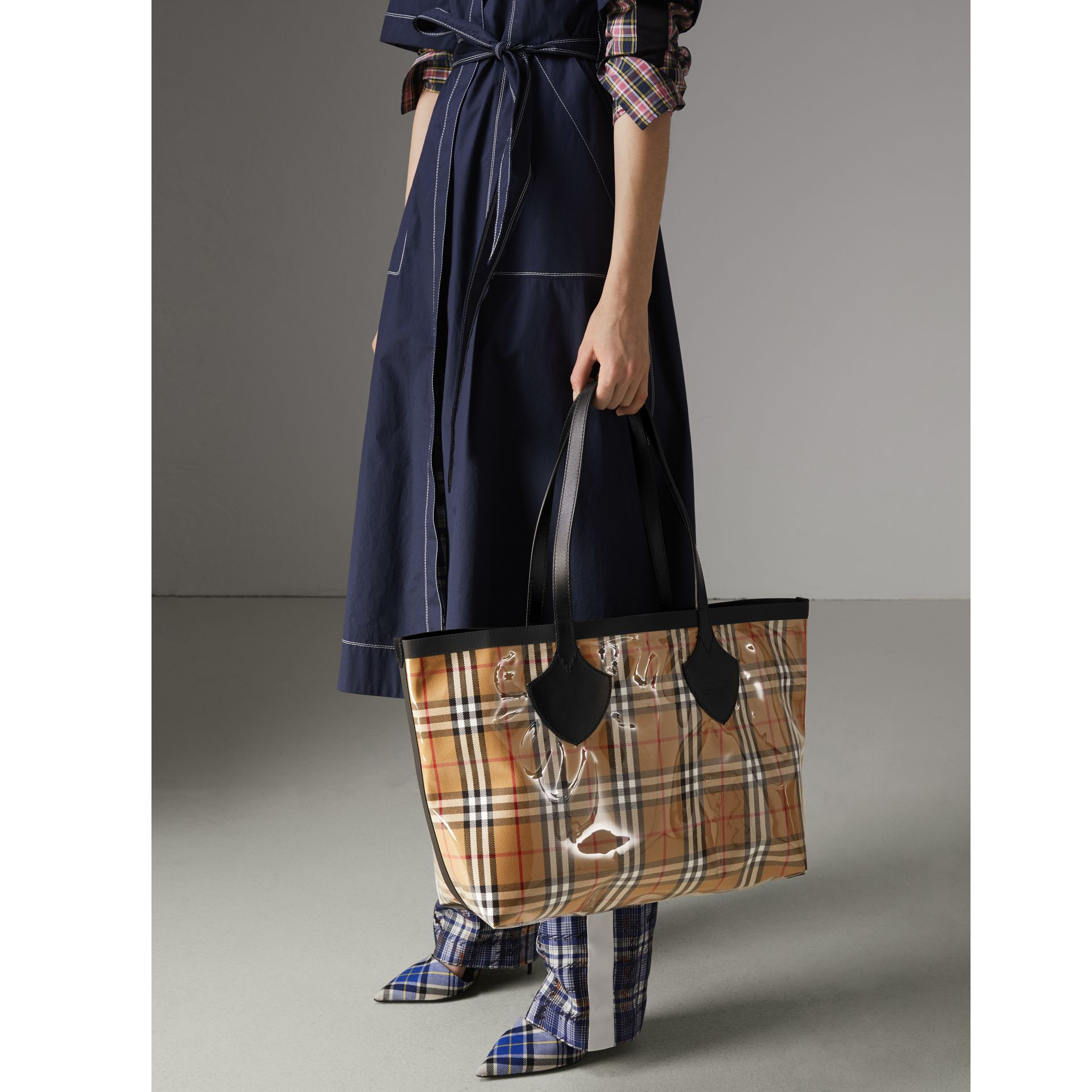 The Medium Giant Tote in Plastic and Vintage Check in Antique Yellow/black - Women | Burberry - gallery image 3