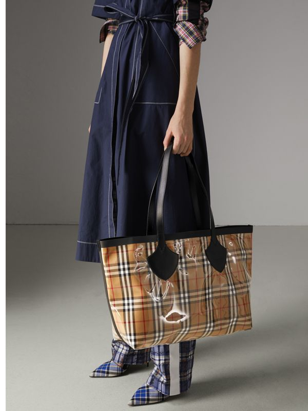 The Medium Giant Tote in Plastic and Vintage Check in Antique Yellow/black - Women | Burberry United Kingdom - cell image 3