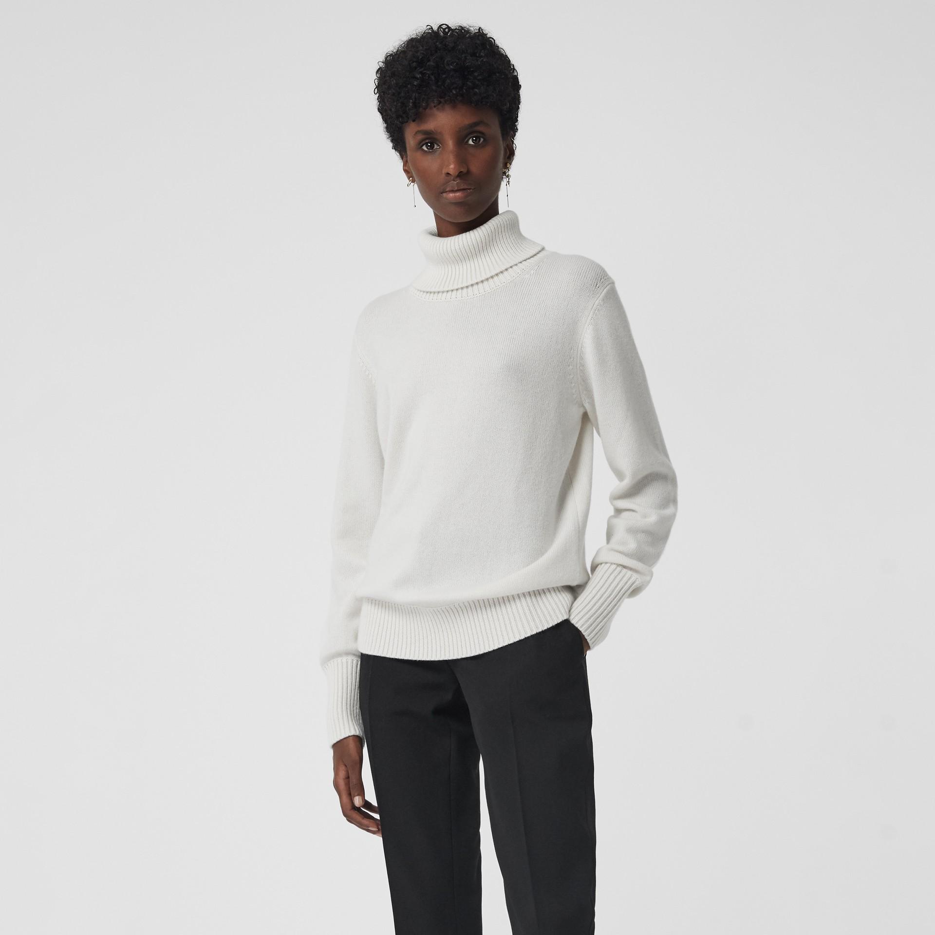 Jersey en cachemir con cuello vuelto y aplique de logotipo vintage (Blanco) - Mujer | Burberry - imagen de la galería 5