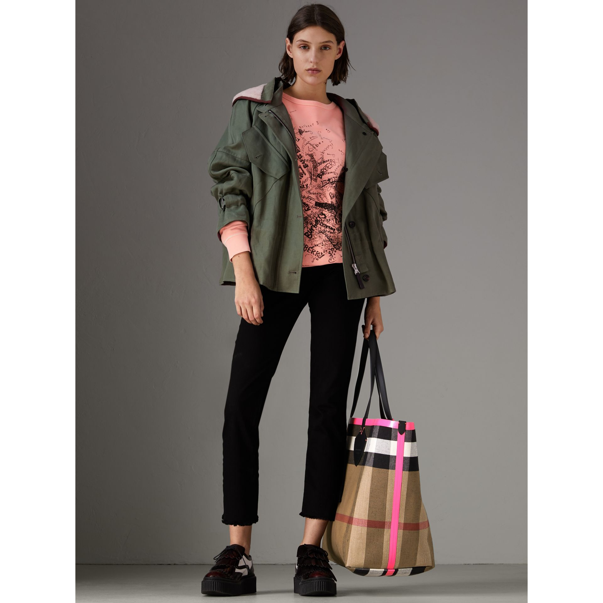 Borsa tote The Giant reversibile in cotone con motivo Canvas check e pelle (Nero/rosa Neon) | Burberry - immagine della galleria 2